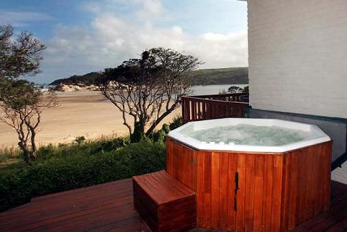 1/20 - Jacuzzi on large deck - access to the beach from the house - Self Catering Cottage in Cintsa