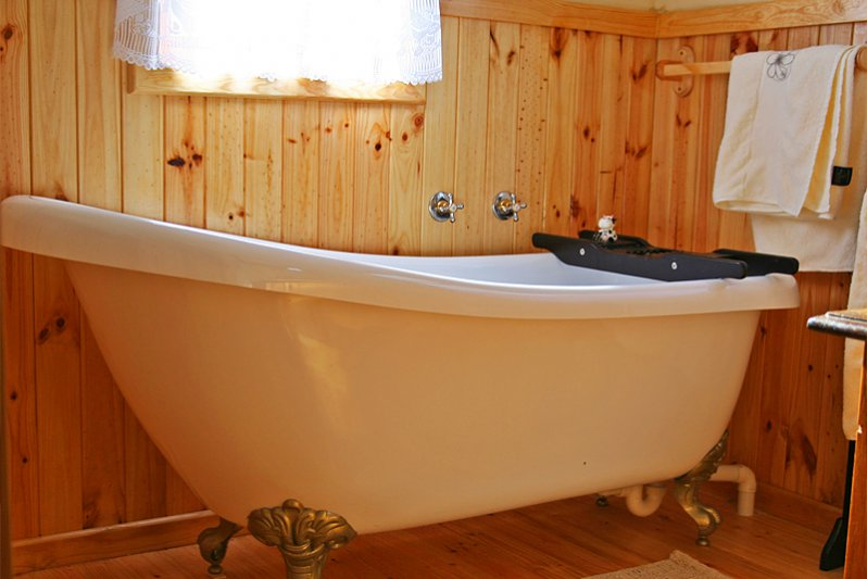 Romantic victorian bath, separate toilet plus Outdoor shower at each cottage