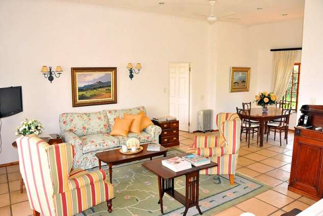 1/9 - Spacious lounge & dining area - Self Catering Accommodation in Morningside, Durban