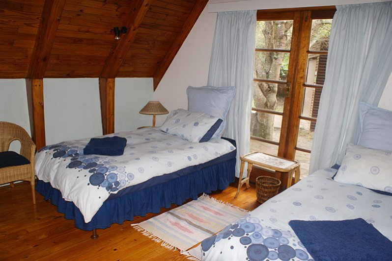 Blue twin room with private entrance and shared terrace with Green room