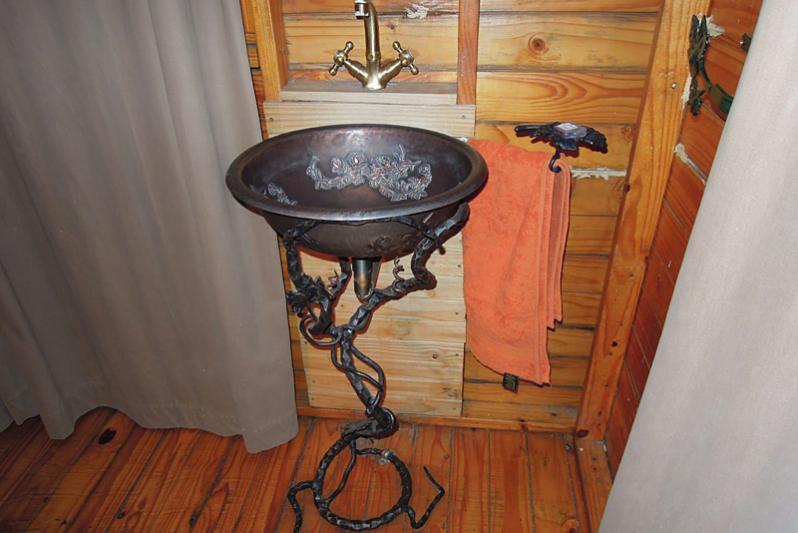 Cottage 5 Bedroom handbasin