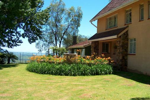 1/10 - Main house & adjacent cottage with valley view - Champagne Valley Self Catering accommodation