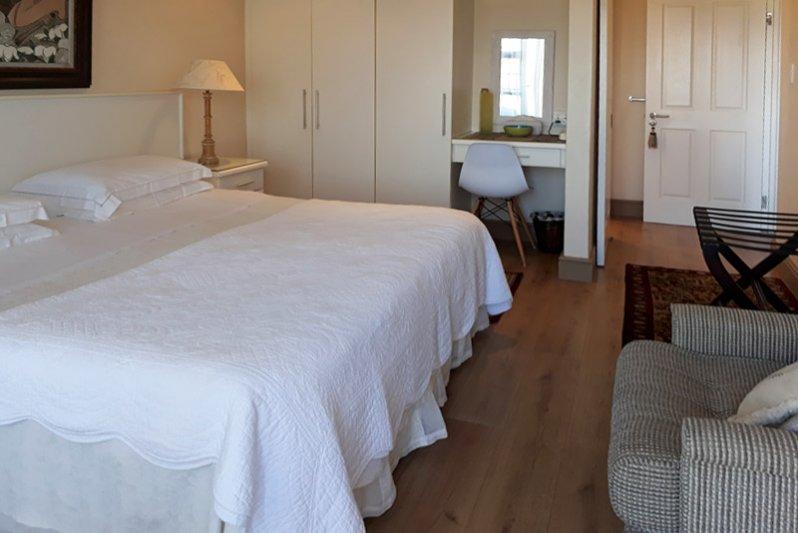 Ensuite bedroom, king-bed
