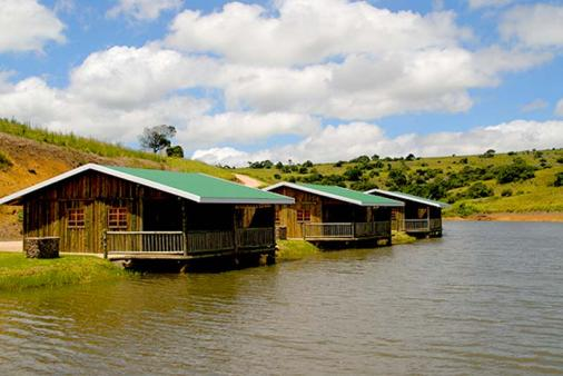 1/8 - 5 Sleeper self catering Chalets on dam - Game Reserve Accommodation in Oribi Gorge