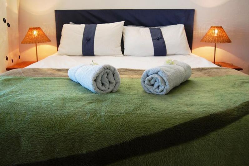 Queen size bed in the main bedroom