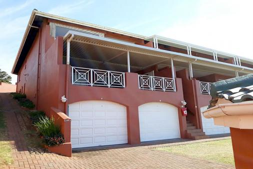1/9 - 3 Bedroom, 2 Bathroom, huge patio holiday accommodation with a seaview