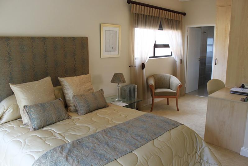 Queen bedroom with shower en suite