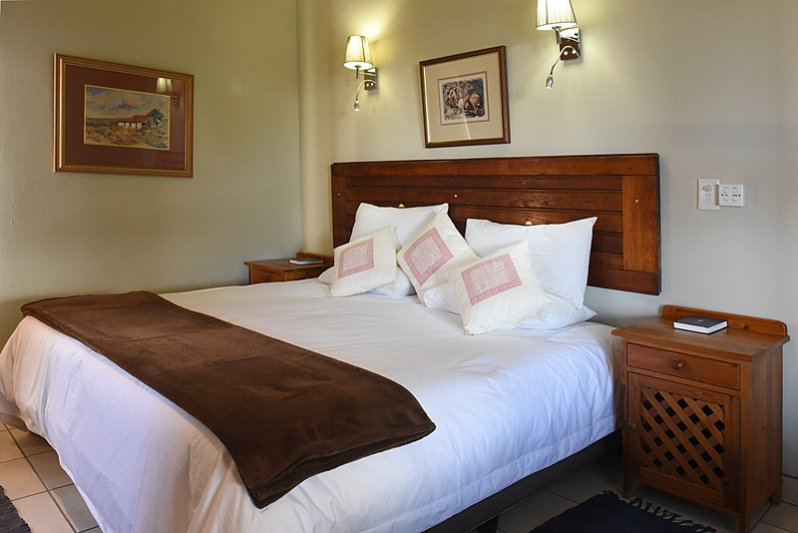 Bedroom with kingsize bed or twin beds. reading lights above