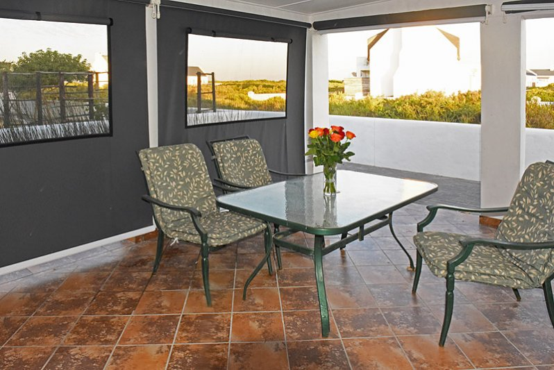 Spacious patio with six chairs and view on Piketberge