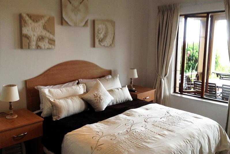 Main bedroom with en-suite bathroom (including bath)