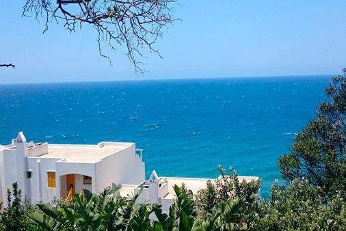 1/30 - dolphin/whale view deck awesome sea view Wifi DSTV Aircon daily clean