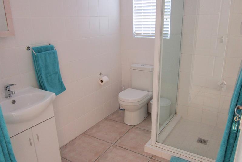 3 bedr FLAT: All bedrooms have en-suite bathrooms (with hwb, toilet & shower)