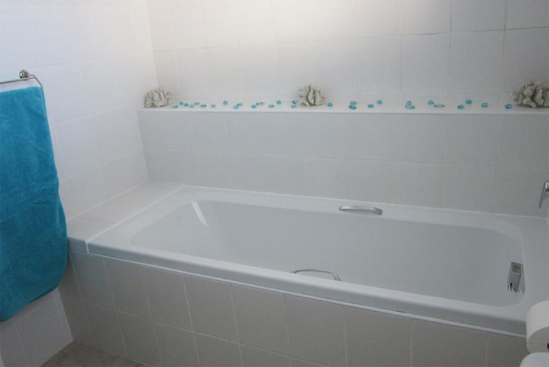3 bedr FLAT - Room 1 en-suite bathroom has a bath & shower