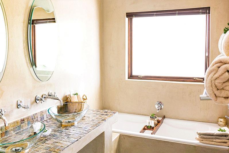 Superior room / bathroom