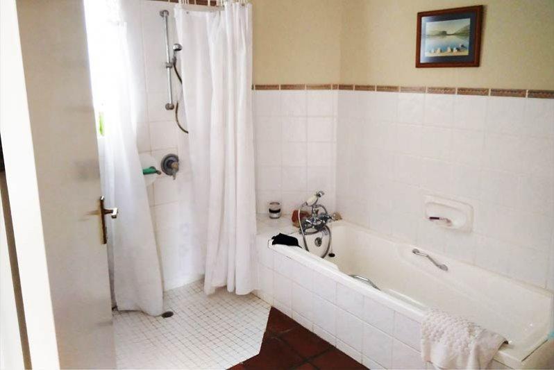 Full bathroom, The Kingfisher Corner