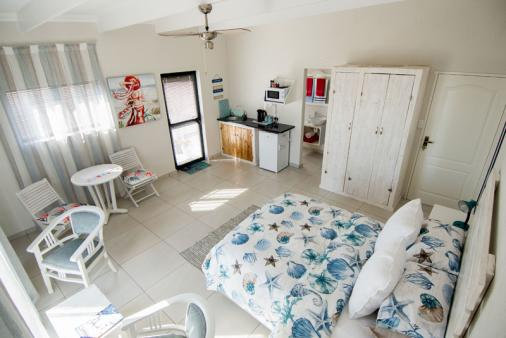 1/21 - Unit with en-suite, shower, basin and toilet. Double bed, slinding doors leading onto balcony.
